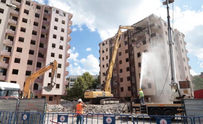 Riskli 288 daire kontrollü şekilde yıkıldı