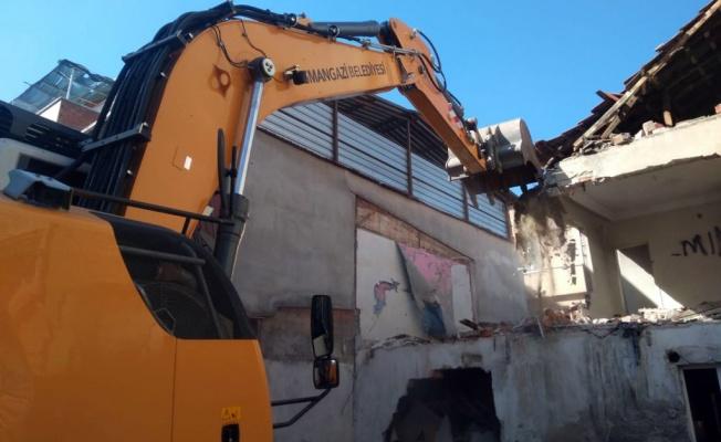 Tehlike arz eden metruk binalar yıkıldı