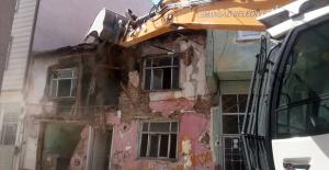 Metruk binaların yıkımı sürüyor